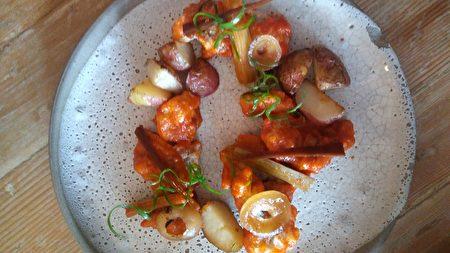 圖:泡菜醬脆皮炒雞(Crispy Fried Chicken)外層包裹著焦糖狀的泡菜醬,有著濃郁的鮮姜味道,搭配烤土豆塊。(大紀元圖片)