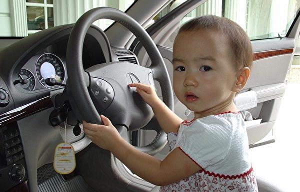 平日教会孩子按压汽车喇叭等技巧,在危险关头可以救下宝宝。(Pixabay)