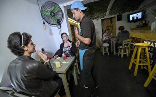2017年6月16日,哥倫比亞第一家聾人酒吧在首都波哥大開幕。(Rual Arboleda / AFP)