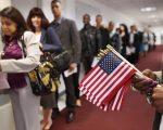 国政府周一(8月28日)宣布,从10月1日起,更多的绿卡申请人需要经过面试。 (John Moore/Getty Images)