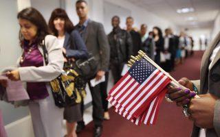 三(9月26日),川普政府向国会提交的一份报告提议,2018年度,美国接收难民人数减少到45,000人。(John Moore/Getty Images)