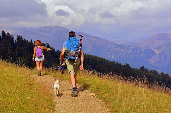 到野外爬山,在互相幫助的過程中,很容易增進男女雙方之間的感情。(Pixabay)