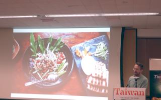 泊瑟爾用豐富的圖片與解說展示了台灣從南到北的景致與美食。 (張謙/大紀元)