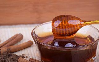 蜂蜜是一種天然的保健食品,女人喝蜂蜜水的好處很多,可以促進消化、去除疲勞感,最重要的就是可以養顏美容。(explorerbob/CC/Pixabay)