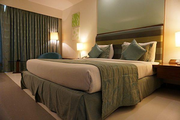 入住酒店,進入房間後最好拉上窗簾。(Pixabay)