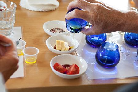 图:品尝特级初榨橄榄油。(大纪元)