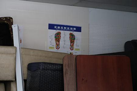 阿罕布拉市按摩学校因执照未定停课,教室堆满杂物。(徐绣惠/大纪元)