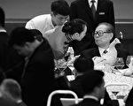 图为江泽民(右一)(Feng Li/Getty Images)