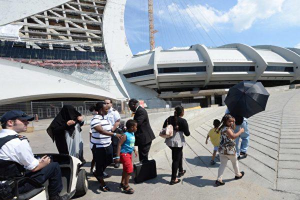 蒙城開放了地標性建築物--奧林匹克體育場,暫時安置從美國邊境大批湧入的難民。(加通社)