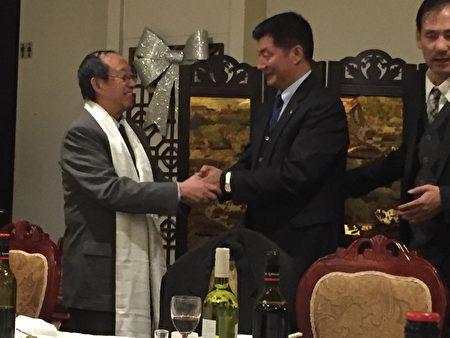8月7日晚,洛桑森格親手給方圓戴上哈達,希望漢藏友誼源遠流長 (李欣怡/大紀元)
