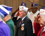 获得紫心勋章的老兵向仪仗队敬礼。 (石青云/大纪元)