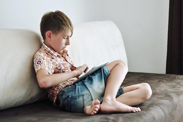 孩子長期上網、使用3C產品可能讓大腦假性活躍。(Shutterstock)