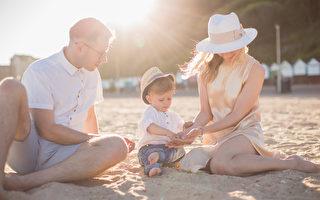 父母大热天带孩子出游,要注意观察孩子是否有中暑状况,并帮孩子降温。(Shutterstock)