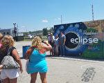在日全食即将到来之际,8月20日,人们纷纷涌向热门观赏地之一的田纳西州甜水(Sweetwater)市。(尹婉/大纪元)