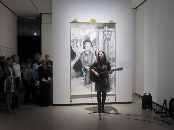 歌手安娜演奏曾獲獎一曲《金色的國度》,此歌也是她為被迫害致死的法輪功學員而作。(李樂/大紀元)