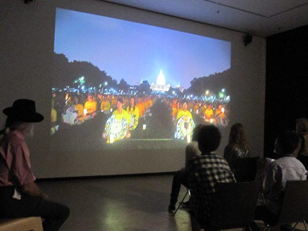 嘉賓在觀看紀錄片《活摘》(李樂/大紀元)