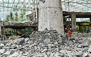 8月10日,九寨沟7级地震后的九寨天堂洲际大饭店成了一片瓦砾。至于对九寨沟地震的捐款,民意大降,均因中共贪腐或者用善款维稳。(STR/AFP/Getty Images)