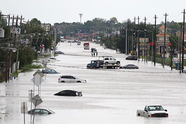 休斯頓遭哈維颶風侵襲,全城變成一片汪洋。(Thomas B. Shea / AFP)
