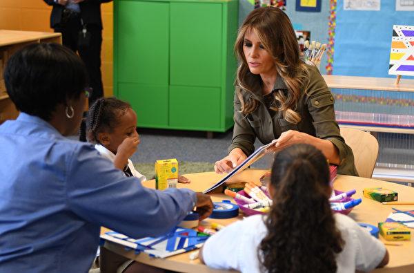 第一夫人梅拉尼亞當天還參觀了基地青年中心,並與孩子們一起摺紙飛機。 (JIM WATSON/AFP)