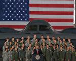 美国总统川普(特朗普)周五(15日)到安德鲁斯联合军事基地庆祝美国空军建军70周年,并在演讲时称赞现场的飞行员都比阿汤哥更能打、更能飞。 (MANDEL NGAN/AFP)