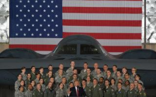美國總統川普(特朗普)週五(15日)到安德魯斯聯合軍事基地慶祝美國空軍建軍70週年,並在演講時稱讚現場的飛行員都比阿湯哥更能打、更能飛。 (MANDEL NGAN/AFP)