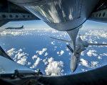 週六(9月23日),在戰鬥機的護送下,美國空軍B-1B槍騎兵轟炸機在朝鮮以東水域飛越國際領空,展示美國武力,威懾朝鮮。圖為18日轟炸機在東亞上空飛行的一幕。(AFP PHOTO / US AAIR FORCE/PETER REFT/HANDOUT)