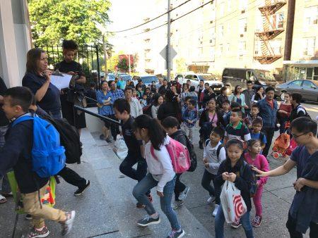 开学第一天,法拉盛第20小学的孩子们,在家长期待的目光下,走进校门。