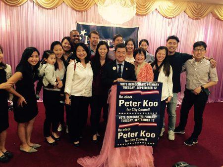 顾雅明胜出后,与他的助选团队庆祝。