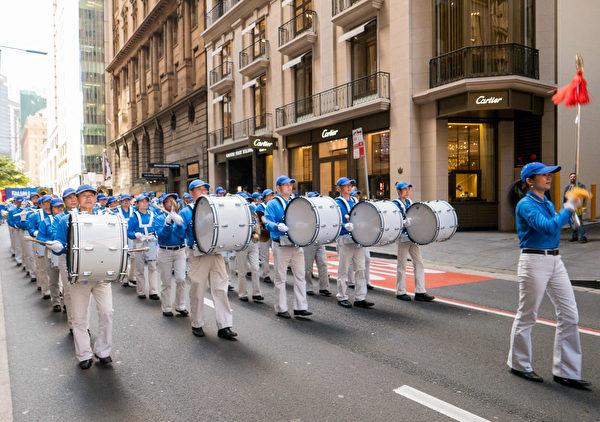 9月8日,法輪功學員的遊行隊伍經過悉尼市中心的名牌聚集地。(冼楚棋/大紀元)