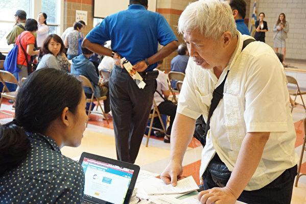 华埠医疗导航计划代表Ivy Leung介绍其项目。(温文清/大纪元)
