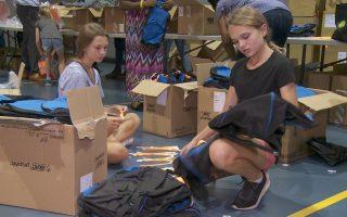 活动志工细心地包裹着要赠出的运动用品。 (奥利弗/大纪元)