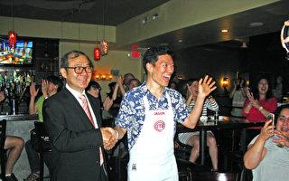 """王凯杰(Jason Wang)晋级""""顶级厨师(MasterChef)""""的压轴赛(Finale)后,开心地接受经文处陈铭俊副处长(左)的致贺。(冯文鸾/大纪元)"""