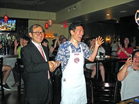 王凱傑(Jason Wang)晉級「頂級廚師(MasterChef)」的壓軸賽(Finale)後,開心地接受經文處陳銘俊副處長(左)的致賀。(馮文鸞/大紀元)