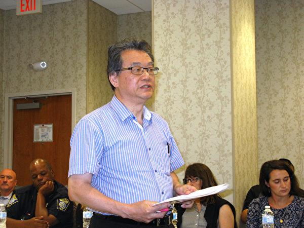 刘启祥在华埠治安会议提出恢复中文路牌。(冯文鸾/大纪元)