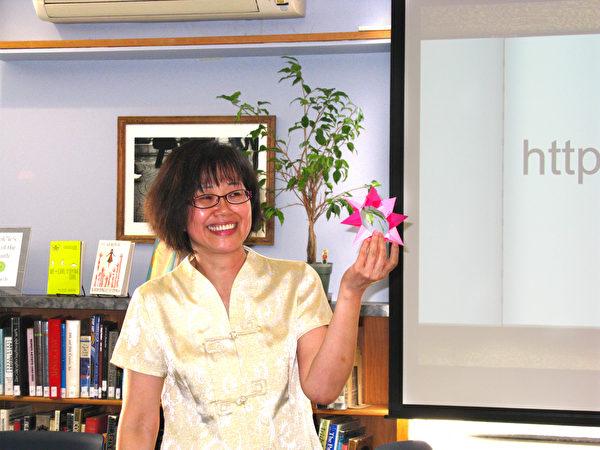 王明德老师教折纸手工艺。(冯文鸾/大纪元)