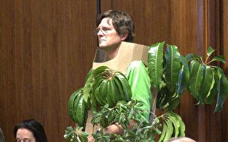 身穿樹葉的居民在市議會抗議。(李子文/大紀元)