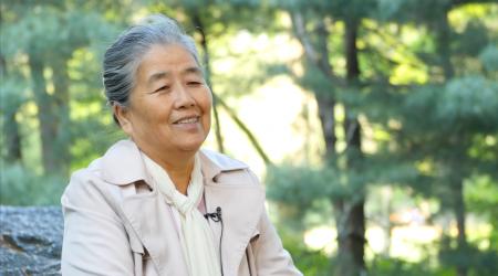 王久春女士讲述发生在自己身上的神奇经历。(宋升桦/大纪元)
