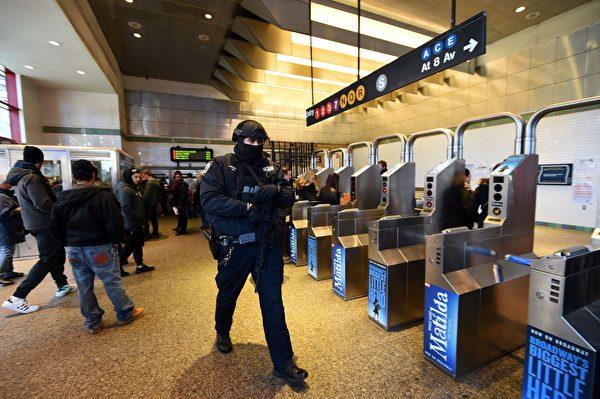 根据统计,2016年在纽约有近万人因逃票被捕。图为2016年3月22 日发生恐怖攻击事件后,警察在地铁站加强巡逻。(JEWEL SAMAD /Getty Images)
