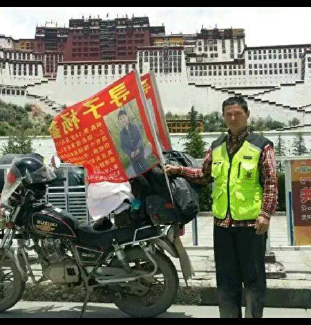 楊鑫的父親兩年來自駕摩托車尋找兒子。(受訪者提供)