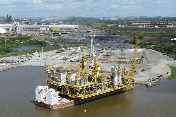 委內瑞拉前能源部部長拉米雷斯(Rafael Ramirez)在2011年稱,委內瑞拉將用石油來償還中方貸款。圖為2011年7月28日,委內瑞拉國有石油公司PDVSA在委內瑞拉的奧里諾科河(Orinoco)首建的石油平台。(RAMON SAHMKOW/AFP/Getty Images)