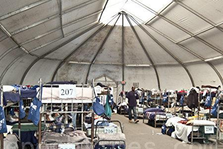 9月13日,圣地亚哥市市长Kevin Faulconer召开新闻发布会,表示计划设立大帐篷,为生活在大街上的数百流浪者提供临时庇护所。图为圣地亚哥慈善机构Alpha Project为无家可归者搭建的临时住处。(大纪元)