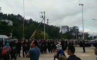 9月8日,雲南大理市經濟開發區滿江村村民因討安置地維權,數百村民遊行中途被防暴警察攔截,雙方發生肢體衝突。(受访者提供)