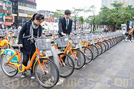 台北的共用单车无一处不是排列得整整齐齐,也没有人看管,再一打听,台湾的共用单车不仅收费低廉,而且不要押金!(陈柏州/大纪元)