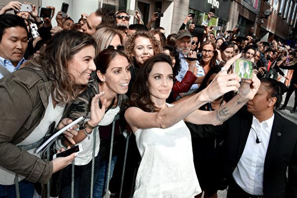 9月10日,好莱坞大明星安吉丽娜 • 朱莉出席动画片《养家糊口的人》(The Breadwinner)的全球首映礼,与影迷们玩自拍。(TIFF提供)