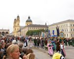 慕尼黑十月節啤酒節大遊行,迎面走來的是慕尼黑民族服裝團體。(黃芩/大紀元)