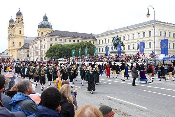 圖片右上角的青銅像是十月節主人、巴伐利亞國王路德維希一世,騎在高頭大馬上,彷彿在注視著後人。(黃芩/大紀元)