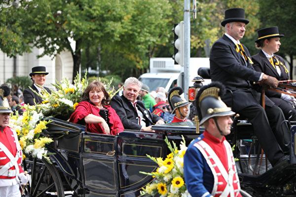 慕尼黑市長Dieter Reiter和夫人的馬車,他們是這一天的主人,州長的車都在他們之後。(黃芩/大紀元)