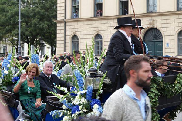 巴伐利亞州州長Horst Seehofer和夫人坐在馬車上。(黃芩/大紀元)