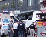 9月18日,法拉盛缅街与北方大道交界处发生严重车祸,早上6点15分,一辆Q20公交车与一辆旅游大巴相撞,1人当场死亡,17人受伤。(林丹/大纪元)
