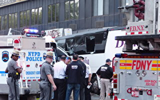 9月18日,法拉盛緬街與北方大道交界處發生嚴重車禍,早上6點15分,一輛Q20公交車與一輛旅遊大巴相撞,1人當場死亡,17人受傷。(林丹/大紀元)